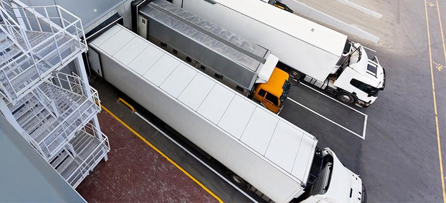 Δύο φορτηγά μεταφορικής εταιρείας